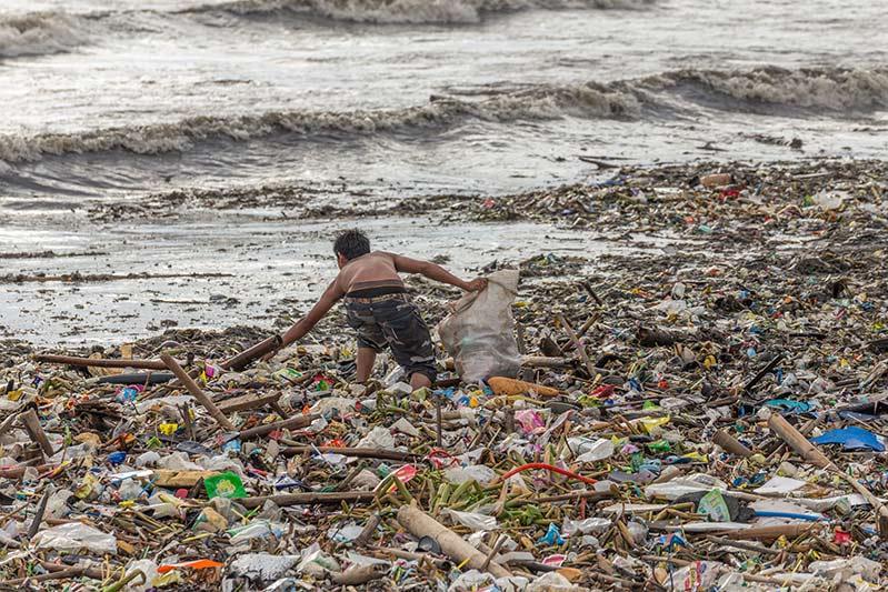 Европарламент запретил одноразовую пластиковую посуду