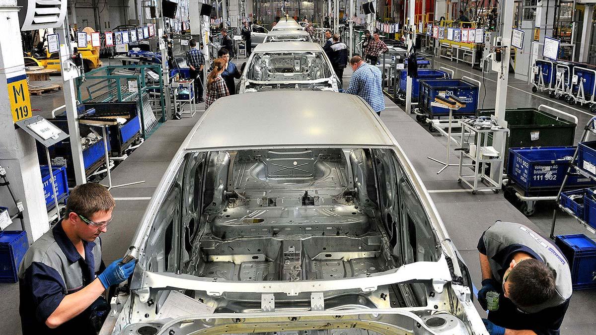 Автоконцерны останавливают заводы в Европе