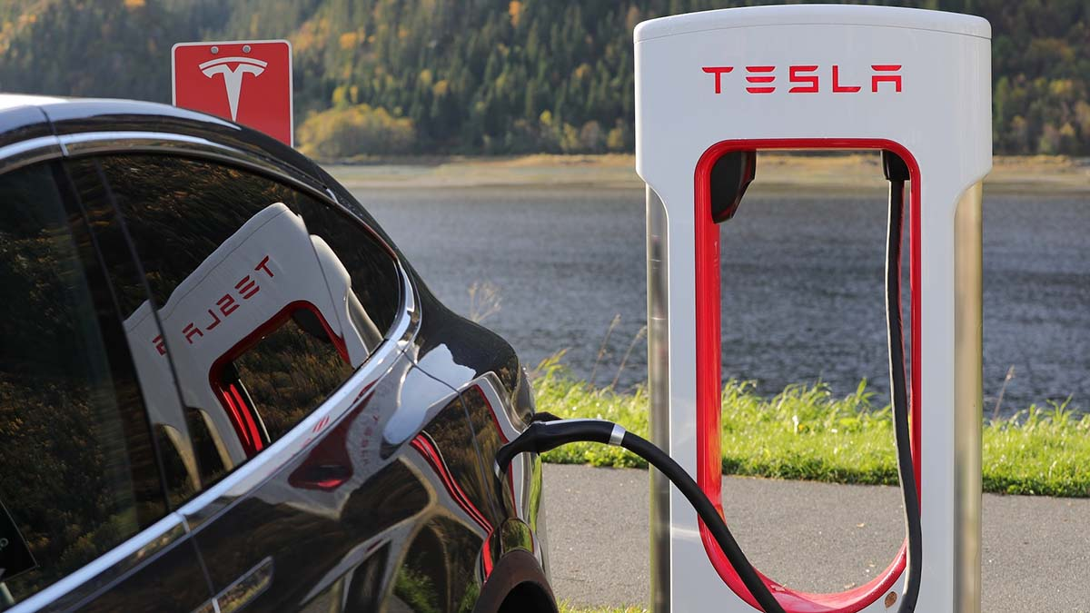 Tesla открывает салон продаж в Варшаве