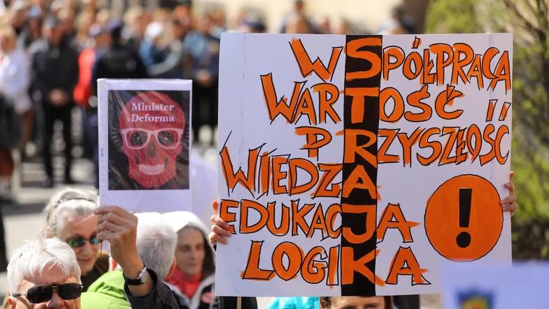 Тысячи преподавателей вышли на манифестацию перед Министерством Образования в Варшаве